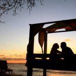 casal em hotel na praia